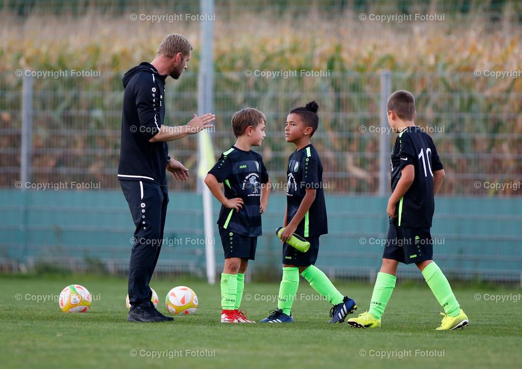 A_LUI27092021_53 | SPORT,FUSSBALL, FC WELS_SC HOERSCHING U 9 27.09.2021 IM BILD: SCHWARZ (HOERSCHING) UND ROT (FC WELS )FOTO:FOTOLUI