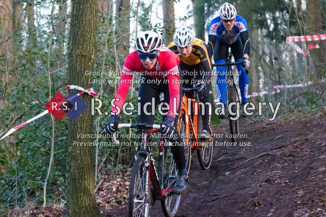 Radsport, Stevens Cyclocross Cup 2019, 10. Lauf (RSG Nordheide), Rennen 9 (Elite Herren + U23, Masters 2 / Elite Ü40 und Junioren U19), Buchholz i.d.N., 19.01.2020   Jean Luca Kunz (Cyclocross Hamburg e.V., #96, U19m), verfolgt von: Christian Schuldt (Radsport Team Lübeck v. 1990 e.V., #161, Masters 2), Steffen Richter (SG Athletico Büdelsdorf, #148, Masters 2)