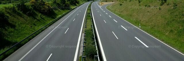 Eine leere Autobahn aus der Vogelperspektive | Eine leere Autobahn mitten in der grünen Landschaft.