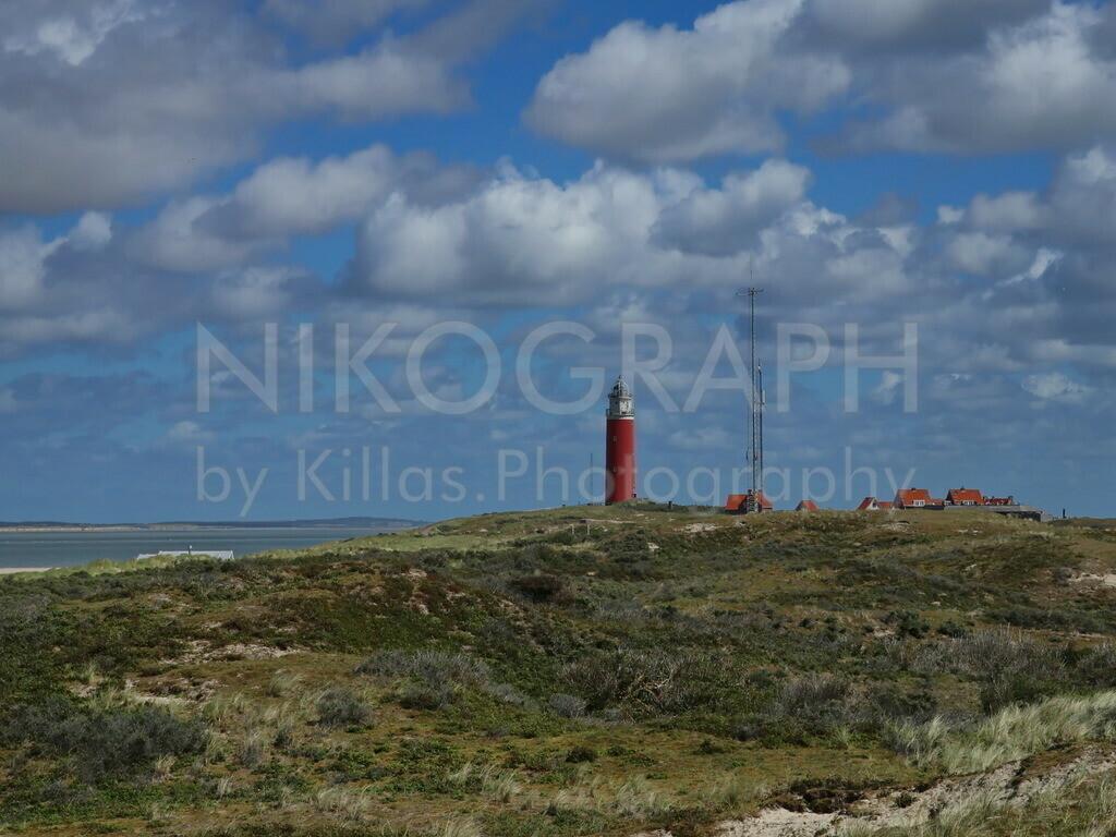 Leuchtturm von Texel   Eingebettet in den Dünen von Texel liegt der Leuchtturm am nördlichen Ende der niederländischen Nordseeinsel Texel. Seit 1927 wird der maritime Wegweiser elektrisch betrieben. Im November 1864 wurde der Leuchtturm mit Petroleum-Brennern in Betrieb genommen. Das Leuchtfeuer blinkt zweimal im 10-Sekunden-Takt und ist ca. 29 Seemeilen sichtbar.