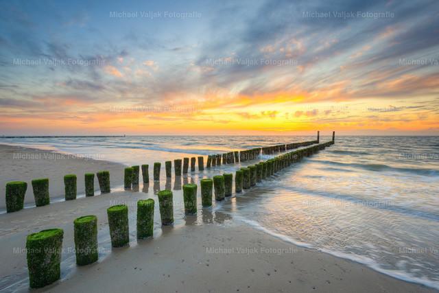 Buhne am Strand in Domburg | Sonnenuntergang am Strand von Domburg in Zeeland in den südwestlichen Niederlanden. Zahlreiche Buhnen ragen hier ins Meer um die Wellen zu brechen.
