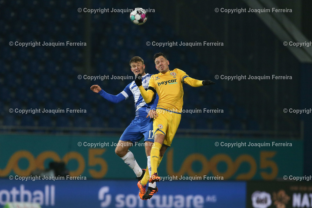 201127_svdvsbvt_0241 | 27.11.2020, xjfx, Fussball 2.BL SV Darmstadt 98 - Eintracht Braunschweig,  emspor, emonline, despor, v.l.,  Lars Lukas Mai (SV Darmstadt 98),Marcel Bär (Eintracht Braunschweig),Kopfball, Kopfballduell     (DFL/DFB REGULATIONS PROHIBIT ANY USE OF PHOTOGRAPHS as IMAGE SEQUENCES and/or QUASI-VIDEO)