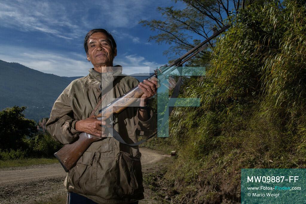 MW09887-FF | Myanmar | Mindat | Reportage: Mindat im Chin State | Jäger vom Bergvolk der Chin posiert stolz mit seinem Gewehr.   ** Feindaten bitte anfragen bei Mario Weigt Photography, info@asia-stories.com **