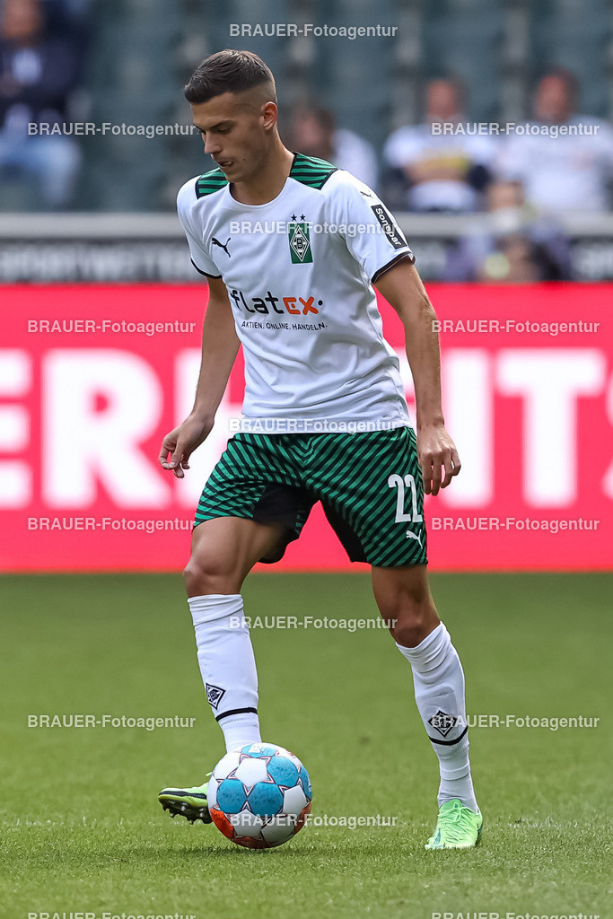 Borussia Moenchengladbach - FC Groningen    Moenchengladbach, Deutschland, 31.07.2021: Laszlo Benes (Borussia Moenchengladbach) in Aktion, am Ball, Einzelaktion,    beim Testspiel zwischen Borussia Moenchengladbach und FC Groningen im Borussia-Park am 31. Juli 2021 in Moenchengladbach.  (Foto: BRAUER-Fotoagentur)   DFB / DFL REGULATIONS PROHIBIT ANY USE OF PHOTOGRAPHS AS IMAGE SEQUENCES AND/OR QUASI-VIDEO.