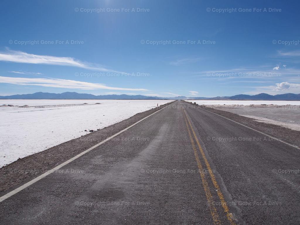 Argentinien | Landstraße bis zum Horizont durch die Salinas Grandes