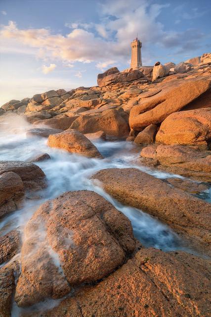 Abendlicht am Meer | Dieses Wahrzeichen der Bretagne sendet nachts sein rotes, pulsierendes Licht aus. Am Abend jedoch empfängt es Licht. Mit den letzten warmen Sonnenstrahlen des Tages wird er eins mit einer Umgebung.
