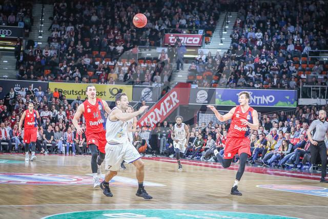 FC Bayern Basketball vs. Science City Jena, Basketball, BBL, 02.02.2019   Nemanja Dangubic #1 (FC Bayern Basketball) erhaelt den Pass, FC Bayern Basketball vs. Science City Jena, Basketball, BBL, 02.02.2019
