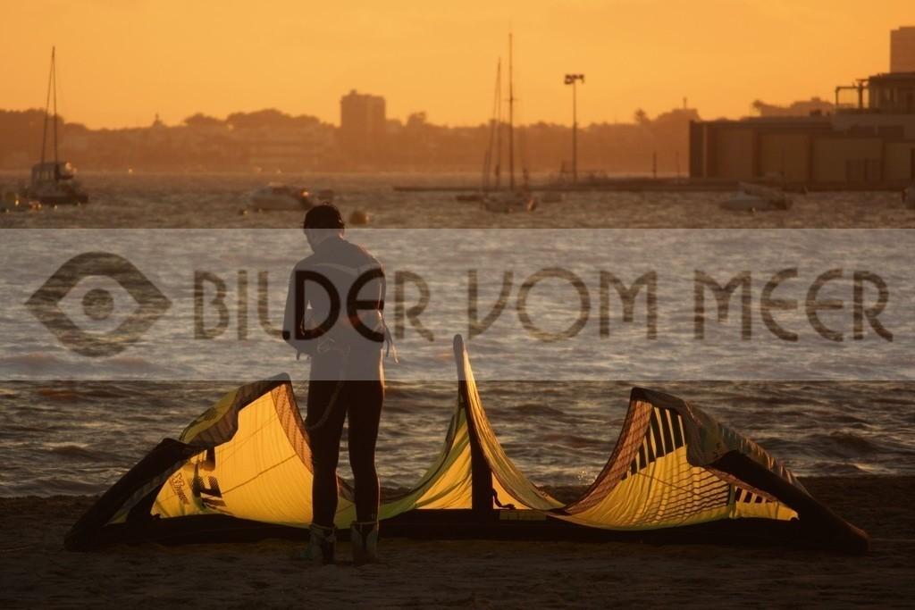 Fotoausstellung Kitesurfen Bilder vom Meer | Kite Surfer am Meer Menor bei Sonnenuntergang