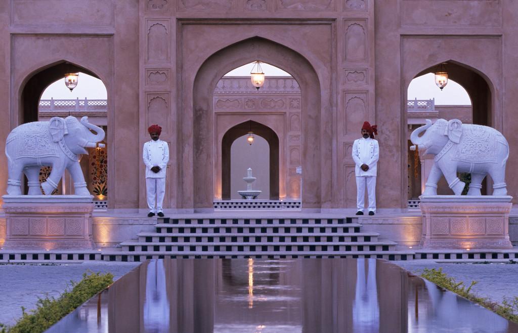 JT-040202-0138.jpg | Indien, Udaipur, Oberoi Udaivilas Resort,  Pichola-See, Hotel, Elefanten, Palast, Wächter,