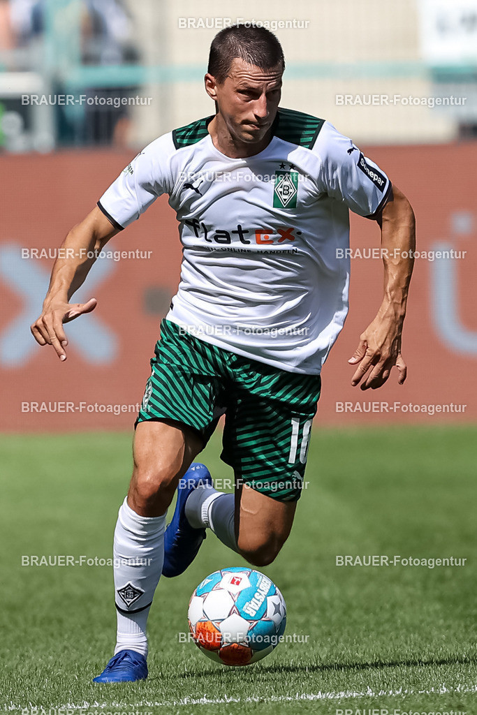 Borussia Moenchengladbach - FC Groningen  | Moenchengladbach, Deutschland, 31.07.2021: Stefan Lainer (Borussia Moenchengladbach) in Aktion, am Ball, Einzelaktion,    beim Testspiel zwischen Borussia Moenchengladbach und FC Groningen im Borussia-Park am 31. Juli 2021 in Moenchengladbach.  (Foto: BRAUER-Fotoagentur)   DFB / DFL REGULATIONS PROHIBIT ANY USE OF PHOTOGRAPHS AS IMAGE SEQUENCES AND/OR QUASI-VIDEO.