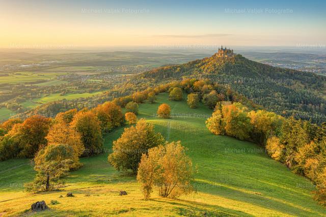 Burg Hohenzollern im Herbst   Blick vom Zeller Horn zur Burg Hohenzollern an einem Abend im Herbst. Die tiefstehende Sonne taucht die Landschaft in ein goldenes Licht mit prächtigen Herbstfarben.