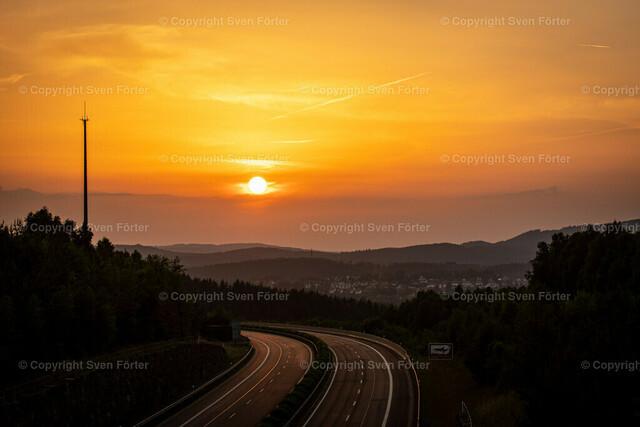 Sonnenuntergang über Suhl im Thüringer Wald | Sonnenuntergang über Suhl im Thüringer Wald mit Autobahn A73 im Vordergrund