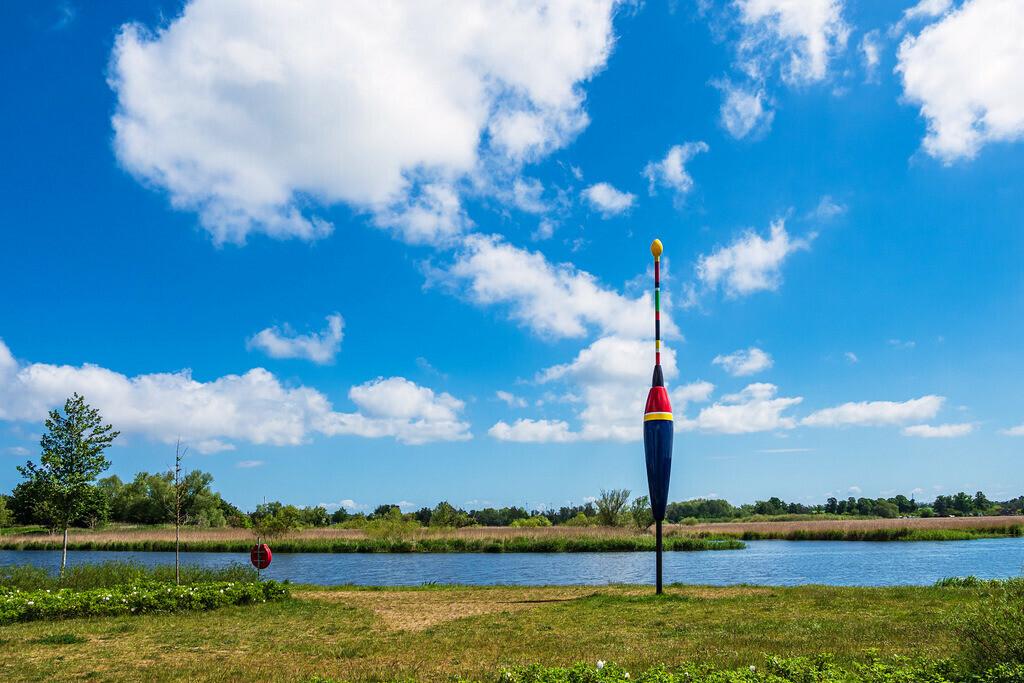 Landschaft am Fluss Warnow mit Riesenpose in der Hansestadt Rostock | Landschaft am Fluss Warnow mit Riesenpose in der Hansestadt Rostock.