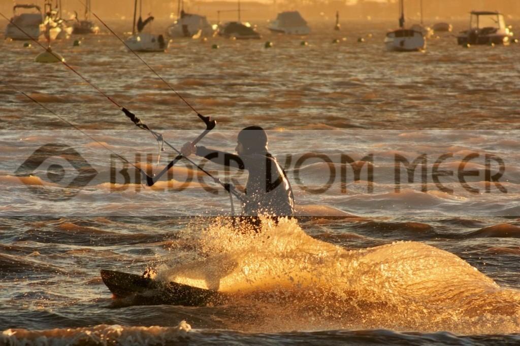 Fotoausstellung Kitesurfen Bilder vom Meer | Kite Surfer bei Sonnenuntergang in Spanien am Meer