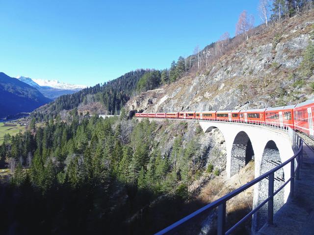 Landwasserviadukt | Ein Interregio fährt über das Landwasserviadukt in Richtung Filisur.