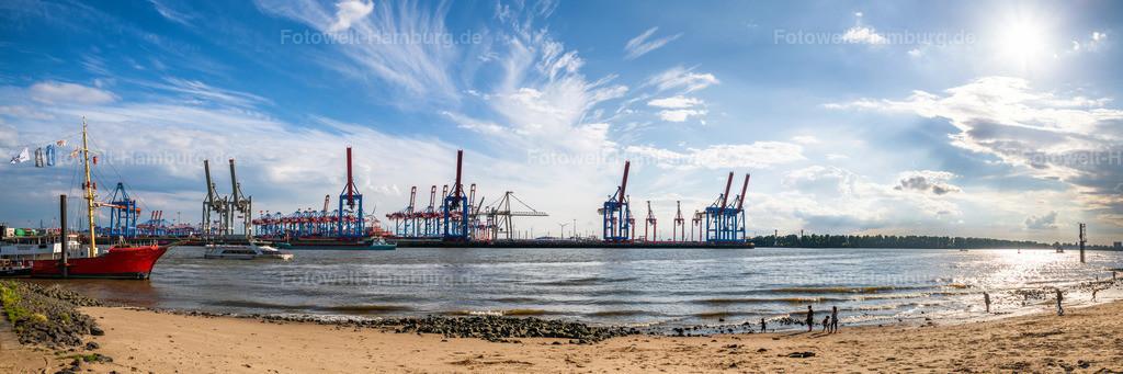 10210614 - Elbstrand Panorama | Am Elbstrand direkt gegenüber vom Hamburger Hafen kann richtiges Urlaubsfeeling aufkommen. Diese Atmophäre haben wir hier auf einem Panoramabild eingefangen.
