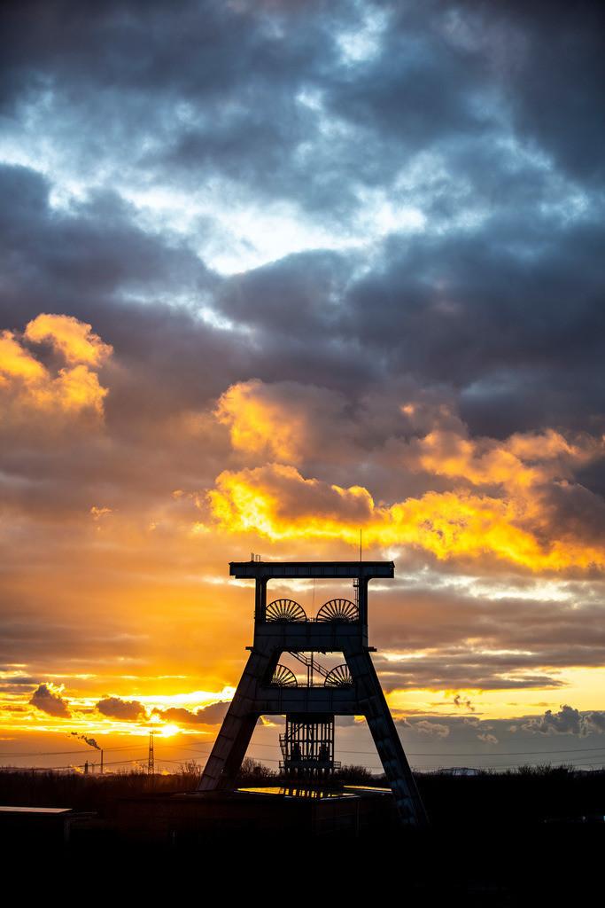 JT-190203-023 | Zeche Ewald, stillgelegtes Steinkohlen-Bergwerk, Heute ein Mix aus Freizeit, Industrie, Gewerbe und Kulturpark, Gewitterwolken am Abend  über Doppelbock Fördergerüst Schacht 7, Herten,