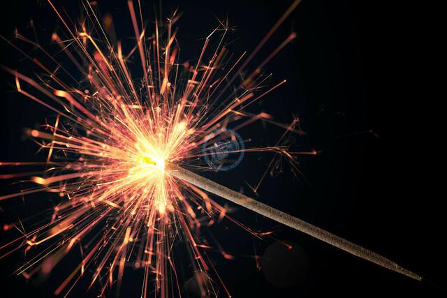 Nahaufnahme brennende Wunderkerze | DEU, Deutschland, Filderstadt, 27.11.2010, Nahaufnahme brennende Wunderkerze © 2018 Christoph Hermann, Bild-Kunst Urheber 707707