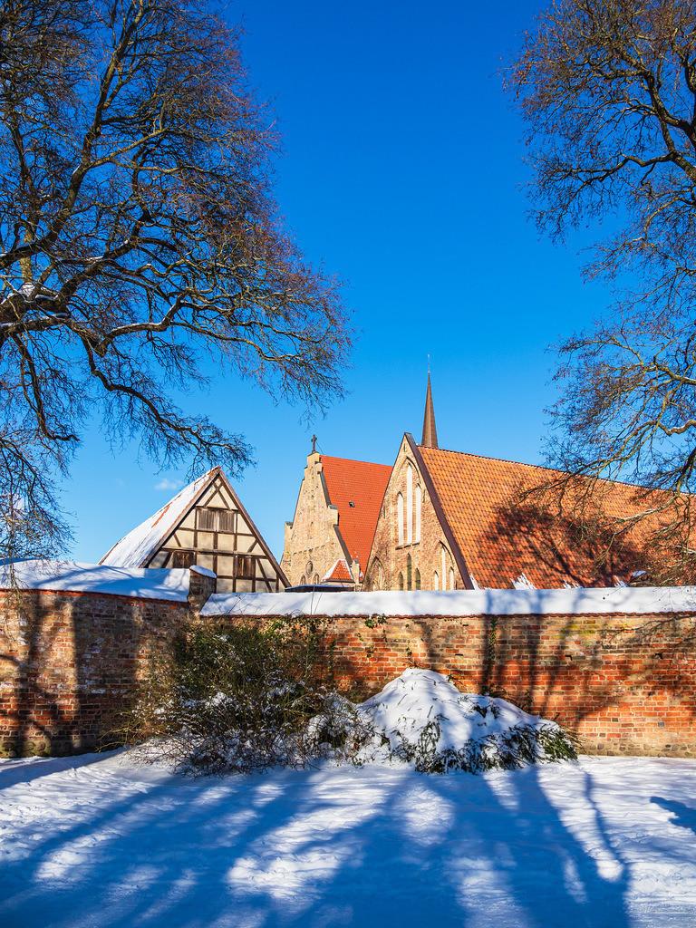 Blick auf das Kloster zum Heiligen Kreuz im Winter in der Hansestadt Rostock | Blick auf das Kloster zum Heiligen Kreuz im Winter in der Hansestadt Rostock.