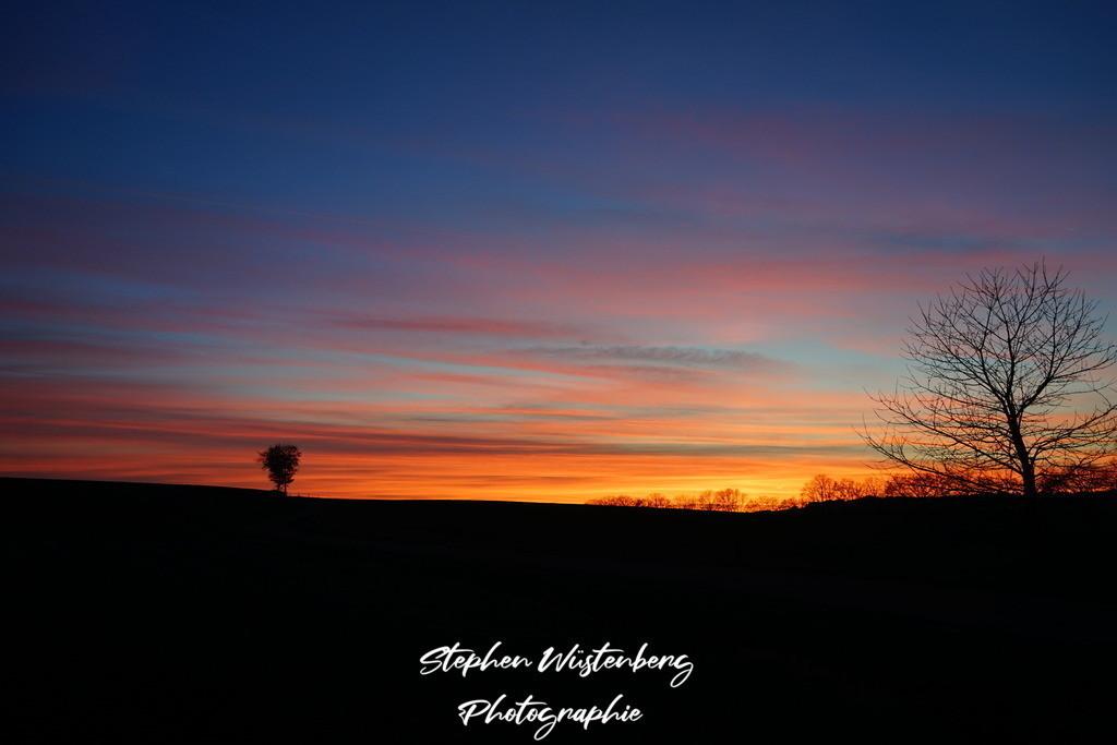 Sunset Lohnsfeld | Stimmungsvoller Sonnuntergang mit geschichteten udn eingefärbten Wolkenstreifen bei Lohnsfeld