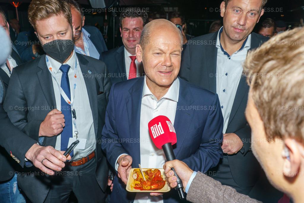 TV-Triell 2021 von ARD und ZDF in Berlin | Berlin, das Pressezentrum zum 2. TV-Triell Dreikampf ums Kanzleramt, dieses Mal von ARD und ZDF. Im Studio Berlin Adlershof, traten die Kanzlerkandidaten und die Kanzlerkandidatin zum zweiten Schlagabtausch an. Unterstützt wurden die drei Kontrahenten von Parteifreunden, weiteren Prominenten und Fans der jeweiligen Lager. Im Bild: Olaf Scholz mit Currywurst im Gespräch mit BILD nach dem Triell.