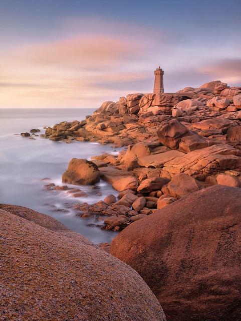 Rosa Granitküste | Einer der schönsten Küstenabschnitte der Bretagne wird Rosa Granitküste genannt. Mehr muss man wohl nicht sagen. Besser als hier fügt sich kein Leuchtturm in die Landschaft ein.