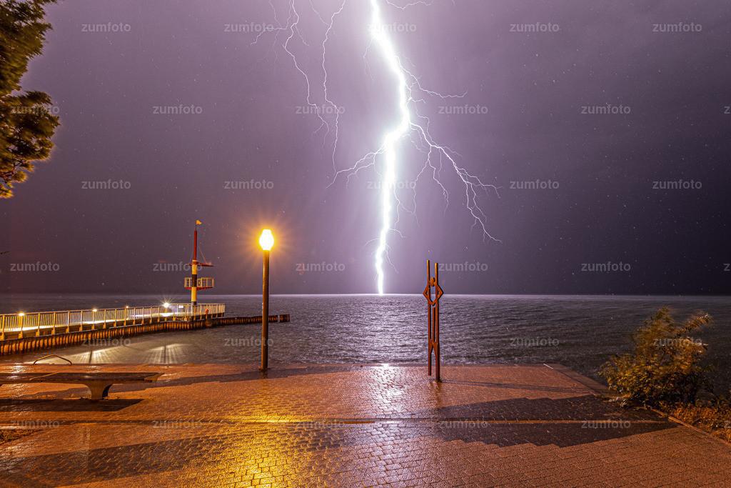 190613_2311-3297 | Der Blitz ist dann wohl voll ins Wasser gegangen. Sonst konnte man immer noch sehen, dass die Blitze am gegenüberliegenden Ufer runter gegangen sind und Alles beleuchteten. Vielleicht sollte ich mal eine Ausstellung mit Blitzen machen :-)
