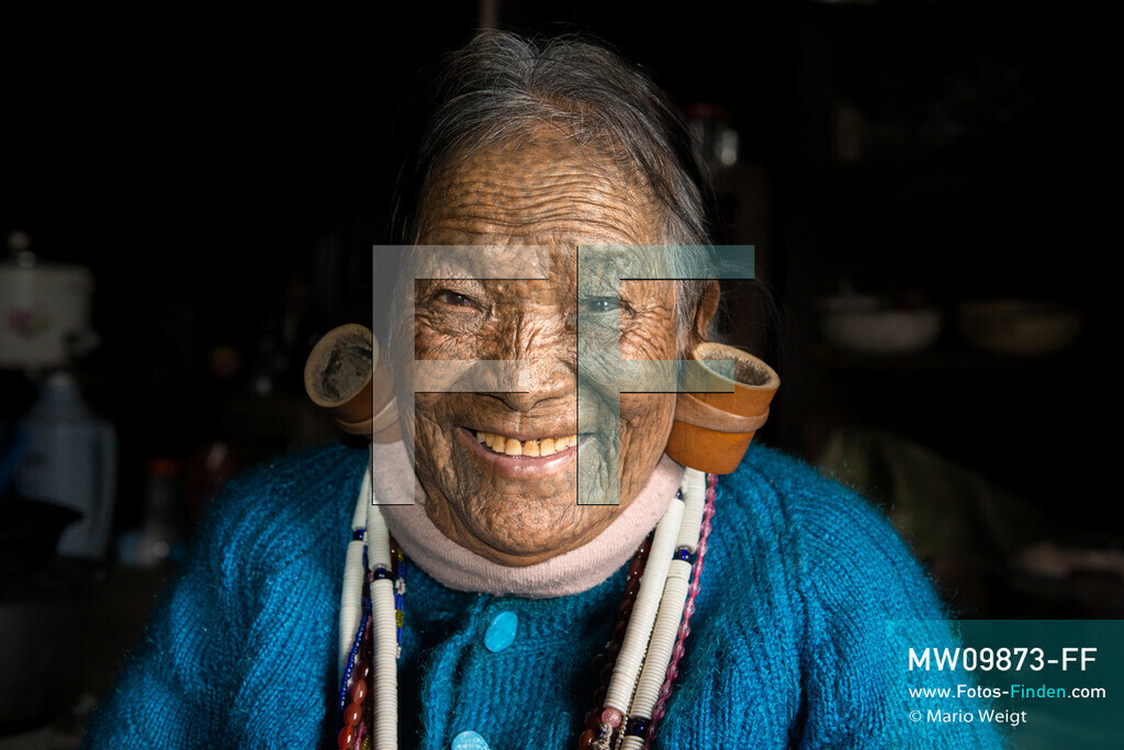 MW09873-FF | Myanmar | Mindat | Reportage: Mindat im Chin State | Porträt von Frau Hung Thang. Charakteristisch für die Frauen vom Bergvolk der Kaang Chin ist das tätowierte Gesicht mit Punkten sowie die großen Ohrringe.    ** Feindaten bitte anfragen bei Mario Weigt Photography, info@asia-stories.com **
