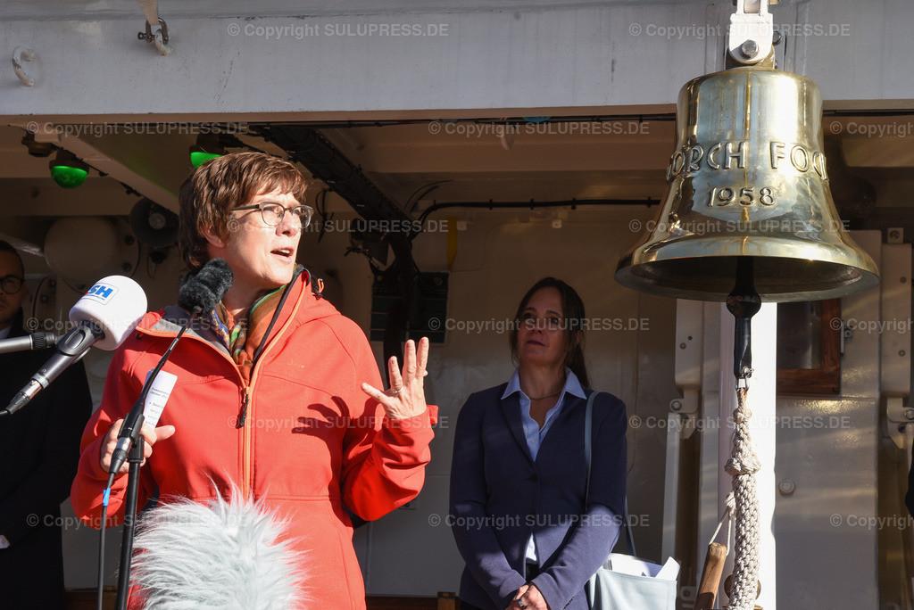 Annegret Kramp-Karrenbauer - Gorch Fock Rückkehr nach Kiel | Kiel, nach fast sechs Jahren und einer vollständigen Grundinstandsetzung für 135 Millionen Euro kehrt das Segelschulschiff Gorch Fock (Bj. 1958) in seinen Heimathafen nach Kiel zurück. Annegret Kramp-Karrenbauer, Bundesministerin der Verteidigung begrüßt die Gorch Fock im Kieler Heimathafen und hält eine Rede.