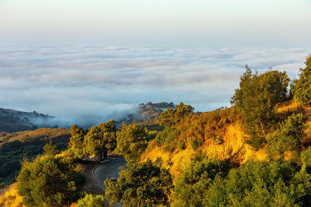 Das Mittelmeer durch Nebel verhangen | Das Mittelmeer ist am frühen Morgen, während die Sonne aufgeht, durch Nebel verhangen .