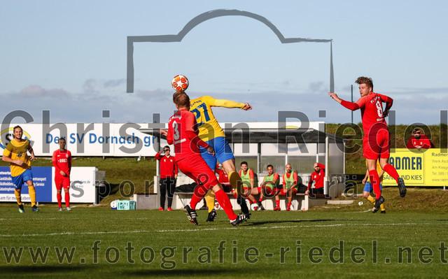 2019-11-02_047_SV_Dornach_gegen_FC_Schwaig | Aschheim, Deutschland, 02.11.2019: Fußball, Bezirksliga Nord 2019 / 2020, 17. Spieltag, SV Dornach gegen FC Schwaig, Endergebnis: 0:0  Marco Neumann (FC Schwaig, #3), Robert Rakaric (SV Dornach, #27), Nils Wölken (FC Schwaig, #8)  Foto: Christian Riedel / fotografie-riedel.net