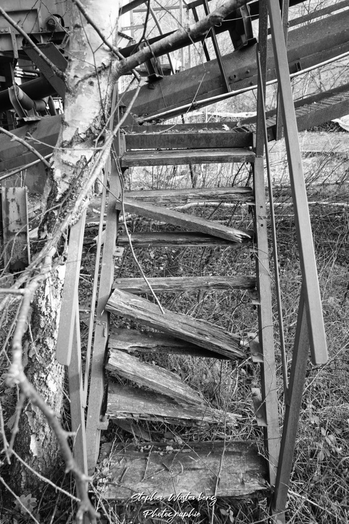 Wolfsmühle Teschenmoschel   Die Wolfsmühle Teschenmoschel, ein verlassener Steinbruch-Tagebau in Schwarzweiss.