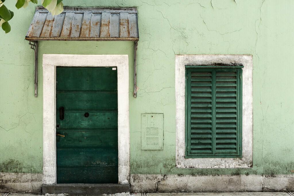 Alte Fassade mit grüner Tür