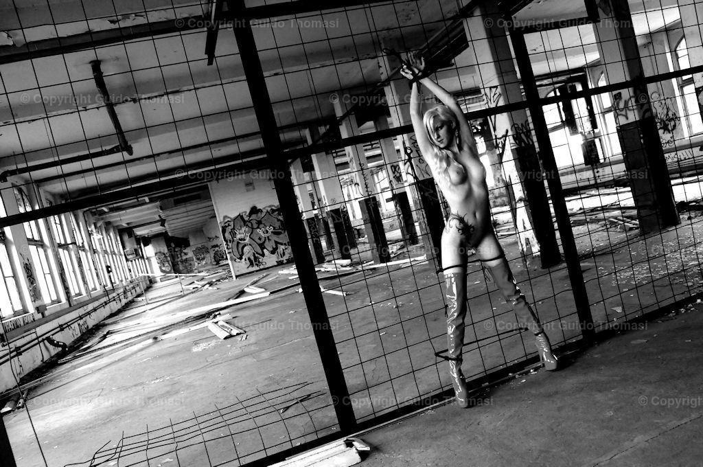 Bondage Bild in Schwarzweiß  | Diese Bilder entstanden in dem alten Continental Werk Hannover Limmer.  In dem Werk, habe ich circa 10000 Fotos geschossen. Die besten Bilder aus den Shootings sind in meinem ersten Bildband veröffentlicht. ( DEAD  PLACE EROTIC )