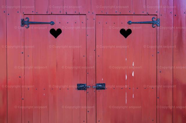 Plumpsklo | Zwei Türen mit ausgeschnittenen Herzchen von einem Plumpsklo.