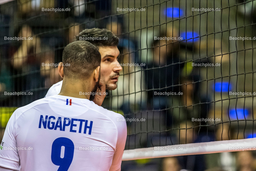 2020-00057086-CEV-European-Olympic-Qualification-Tokyo-2020 | NGAPETH Earvin #9 (Outside spiker - FRA) flüstert zu LE GOFF Nicolas (Middle blocker - FRA); 06.01.2020; Berlin, ; Foto: Gerold Rebsch - www.beachpics.de