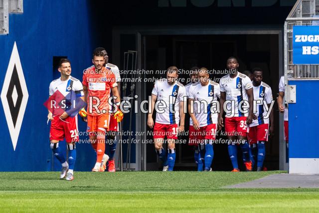 Einlauf der Spieler ins Stadion | Tim Leibold (#21 HSV), Daniel Heuer Fernandes (#1 HSV Torwart), Manuel Wintzheimer (#19 HSV), Bobby Wood (#11 HSV), Stephan Ambrosius (#35 HSV), Khaled Narey (#7 HSV)