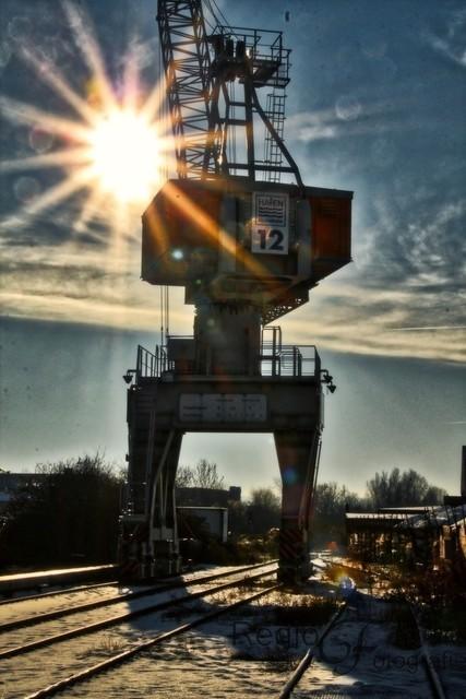 Späte Sonne am Hafen   Die Sonne steht schon sehr niedrig über dem Hafenkran im Hildesheimer Hafen
