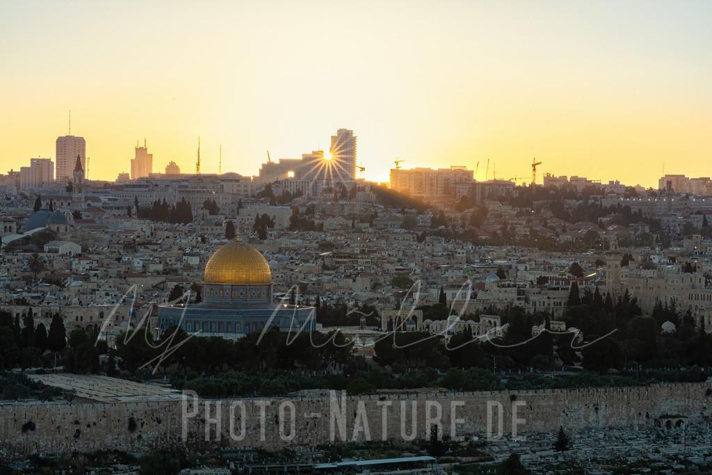 Ein herrlicher Sonnenuntergang über der heiligen Stadt | Jerusalem mit der goldenen Kuppe des Felsendomes und der Stadtmauer