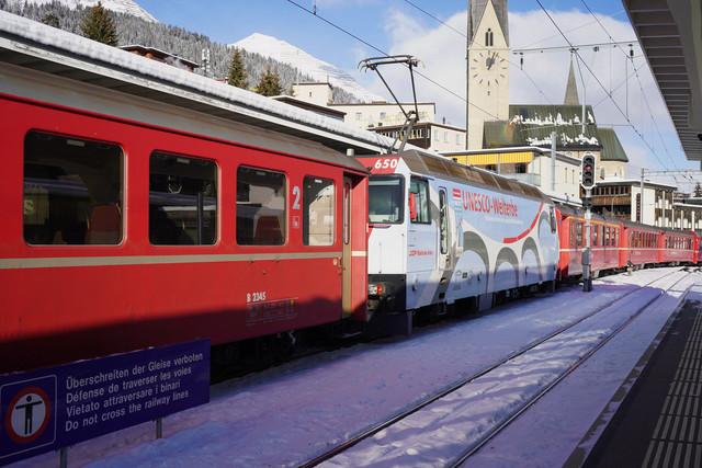 RhB Ge 4/4 III 650   Die Lok verlässt mit Ihren angehängten Wagen Davos Platz in Richtung Klosters.