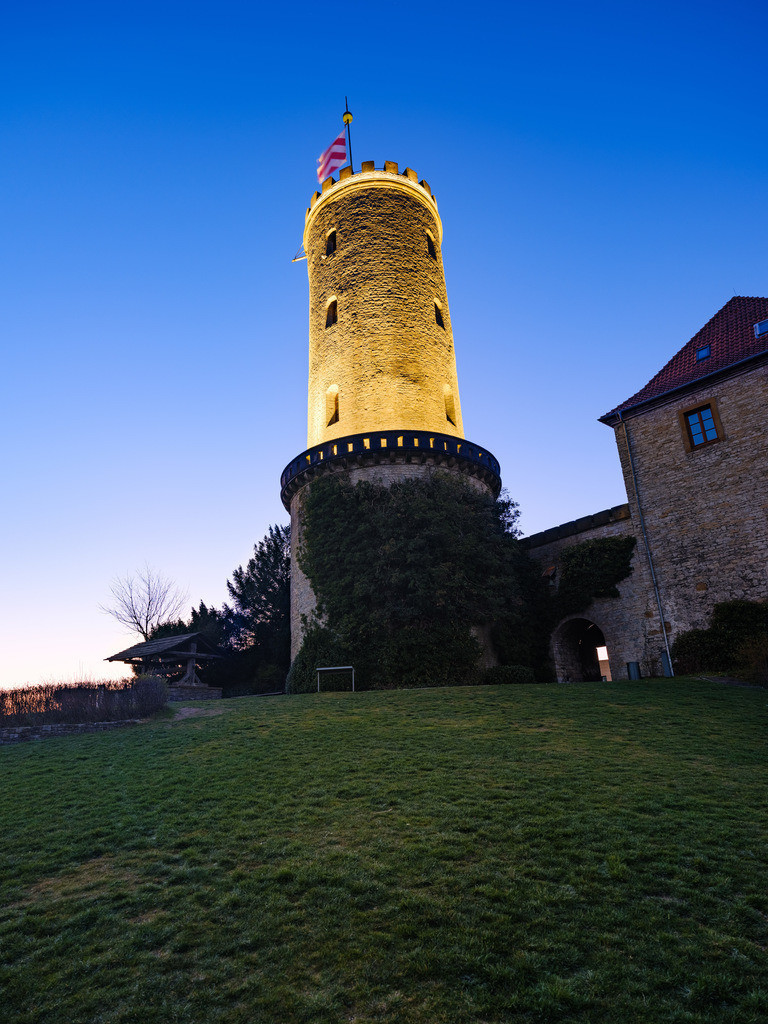 Beleuchteter Turm der Sparrenburg  | Hell beleuchteter Turm der Sparrenburg früh morgens vor Sonnenaufgang.