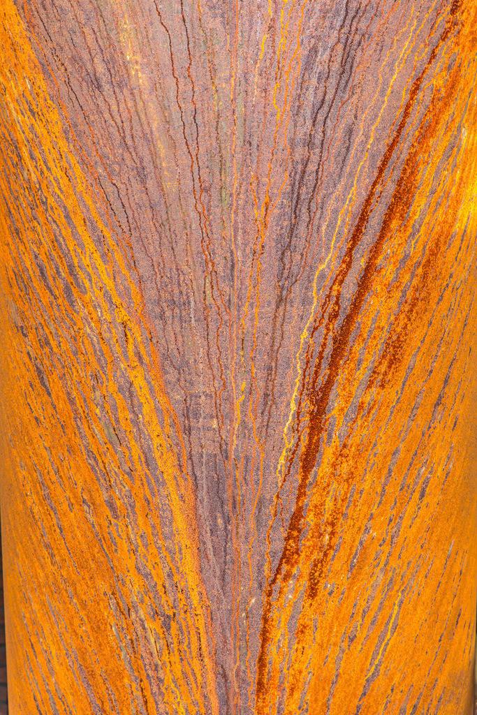 JT-180422-084 | Rostiges Rohr, Eisenrohr, Metall, Rost Spuren durch langsam herunter rinnendes Wasser, Strukturen,