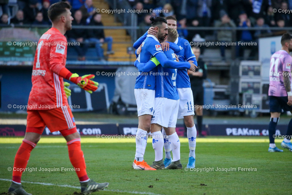 191221svdvshsv_0743 | 21.12.2019 Fussball 2.Bundesliga, SV Darmstadt 98-Hamburger SV emspor, despor  v.l.,  Goalkeeper, Torwart Daniel Heuer Fernandes (Hamburger SV) enttaeuscht, enttaeuscht schauend, dissapointed, Serdar Dursun (SV Darmstadt 98),Fabian Holland (SV Darmstadt 98), Tobias Kempe (SV Darmstadt 98), Torjubel, Goal celebration, celebrate the goal      (DFL/DFB REGULATIONS PROHIBIT ANY USE OF PHOTOGRAPHS as IMAGE SEQUENCES and/or QUASI-VIDEO)