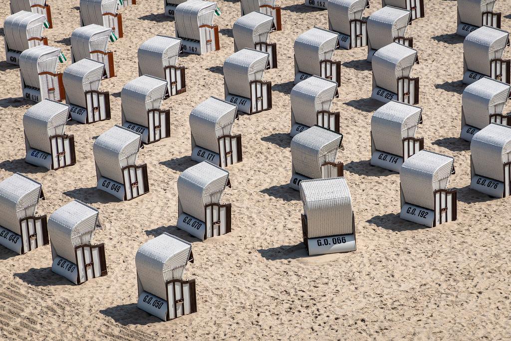 Strandkörbe an der Ostseeküste in Sellin auf der Insel Rügen | Strandkörbe an der Ostseeküste in Sellin auf der Insel Rügen.