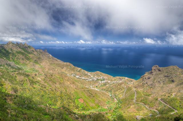 Taganana im Anagagebirge auf Teneriffa | Am Nordhang des Anagagebirges liegt der malerische Ort Taganana. Von einem Aussichtspunkt bei El Bailadero hat man einen schönen Blick entlang der Berge in Richtung Meer, rechts im Bild schön zu sehen ist auch die recht abenteuerliche Straße mit bis zu 16% Gefälle.