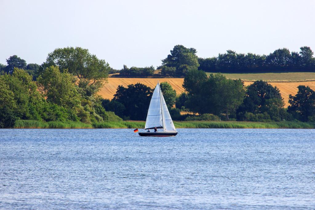Ulsnis an der Schlei | Segelboot auf der Schlei in Ulsnis