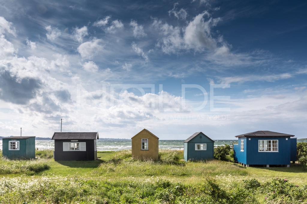 Ein klarer Tag auf Aerö   Badehäuschen auf der dänischen Insel Aerö