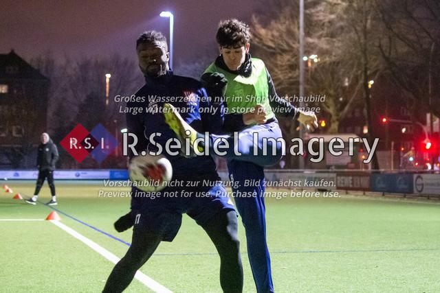 Nach Pandemie- und Winterpause darf der FC Teutonia 05 endlich das Training am Sportplatz Kreuzkirche wieder aufnehmen   Davidson Eden und Nicolo Mikael Avellino im Zweikampf beim Trainingsspiel