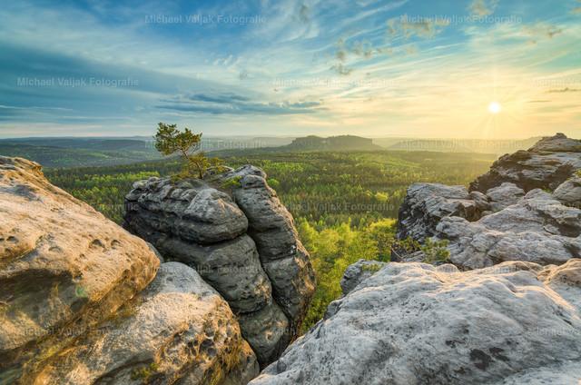 Sonnenuntergang auf dem Gohrisch   Sonnenuntergang auf dem Gohrisch in der Sächsischen Schweiz.  Der Gohrisch ist ein Tafelberg in der Nähe des Kurortes Gohrisch, ca. 3 km südlich von Bad Schandau.  Im Hintergrund ist der Pfaffenstein zu sehen, ein weiterer sehr bekannter Tafelberg mit der Barbarine, einer freistehenden Felsnadel welche eines der Wahrzeichen der Sächsischen Schweiz ist.