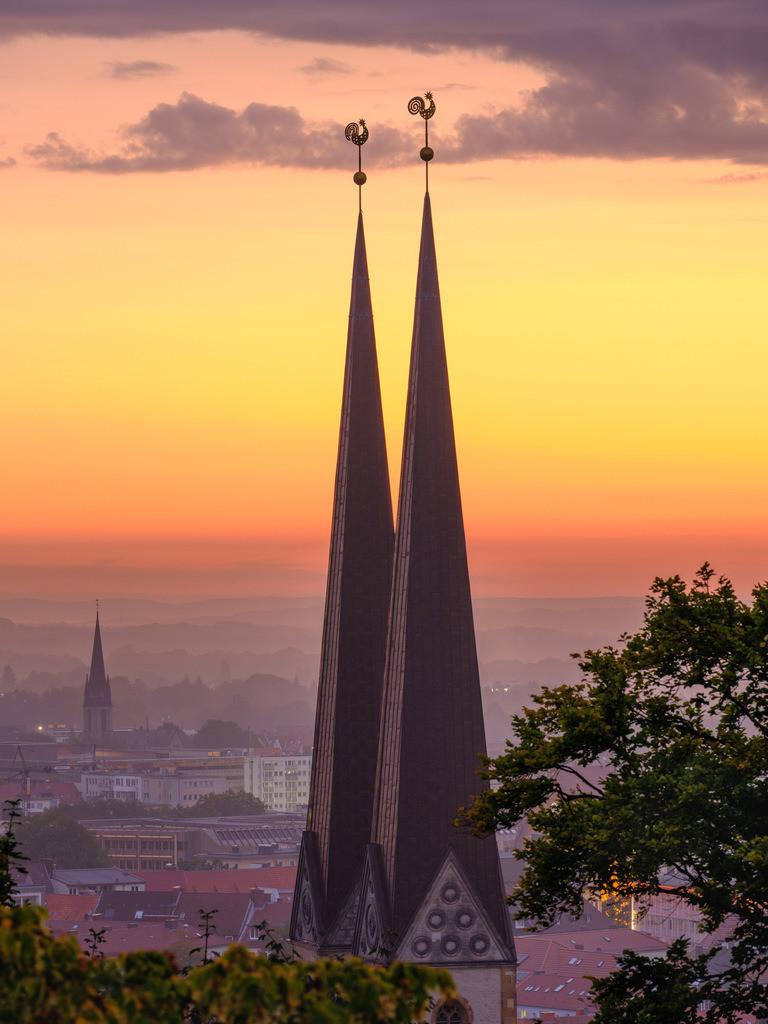 Türme der Neustädter Kirche in der Morgendämmerung   Türme der Neustädter Marienkirche in der Morgendämmerung im September.